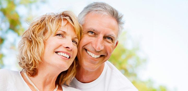 pareja sonriendo