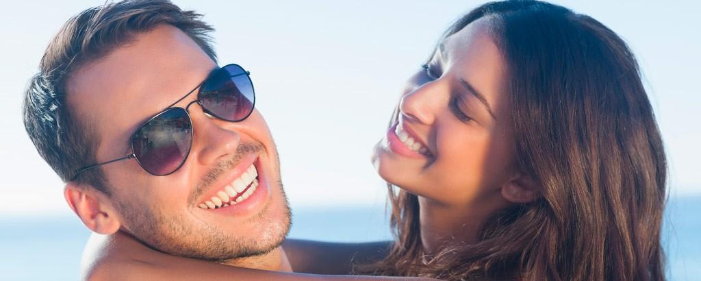 Dos jóvenes sonriendo